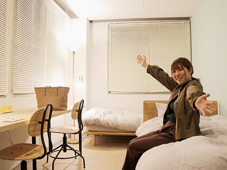 角部屋の個室。部屋のロック、空調、照明などは貸し出されるタブレット端末で管理できる