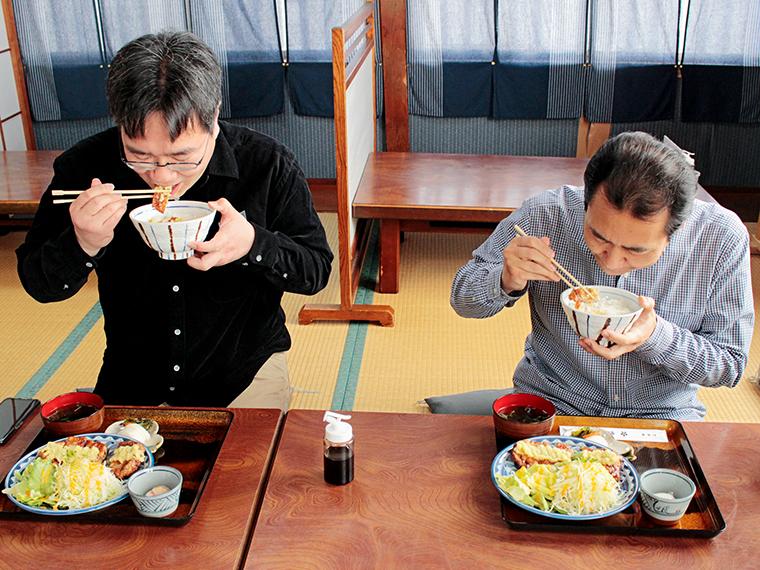 お腹も心も満たされていく伊達さん(左)と私(右)