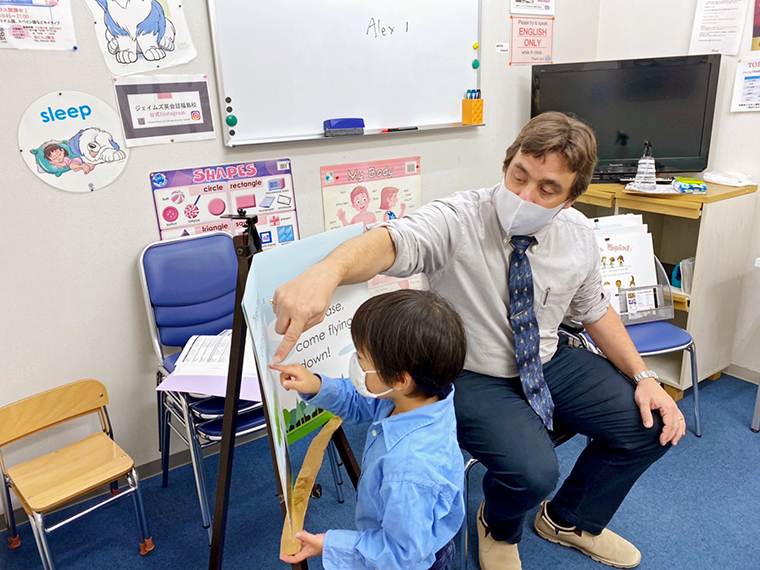 有資格の外国人教師の指導で、母国語のような力を培う