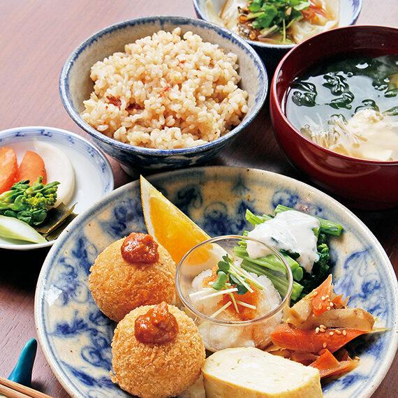 「季節のごちそう定食」。七分づき米・玄米から選べるご飯と汁物、月替わりの野菜のおかず5品が付く。肉は一切使っていないのに、満足感たっぷり