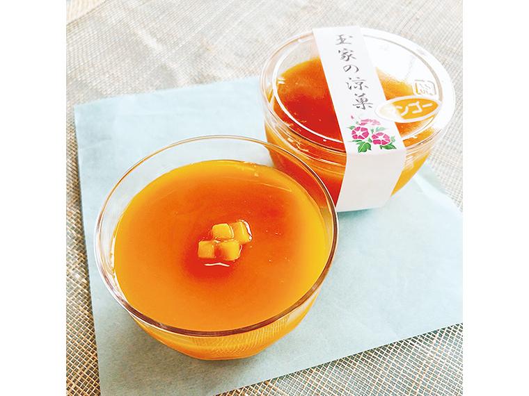 「マンゴー水羊羹」(1個・210円)。代々受け継いできた製法で作る、自慢の餡を使用