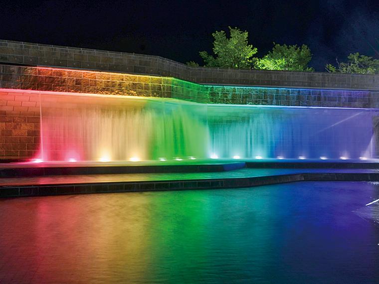 滝が虹色に美しくライトアップされる。利用の際は、感染症対策をしっかりと