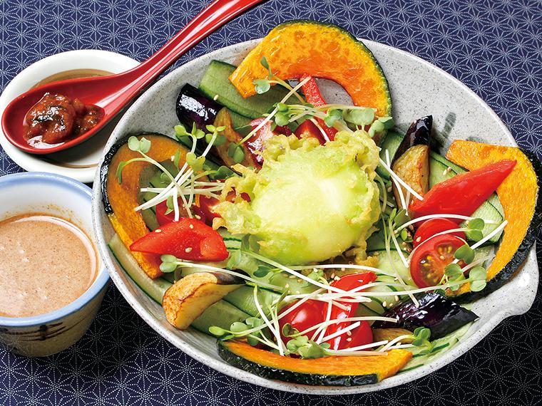 """「かっぱ麺」(1,200円)。中央には""""かっぱの玉子""""が…。その正体はキュウリの搾り汁を衣に使った半熟卵の天ぷら"""