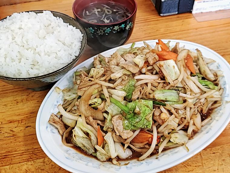 まるで卓上のビオトープ「豚肉と野菜のみそ炒め定食」(950円)