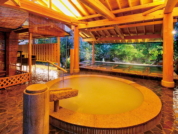 幻想的にライトアップされた夜の女性露天風呂「絹の湯」。微細気泡がやわらかく包み込みリラックスできる