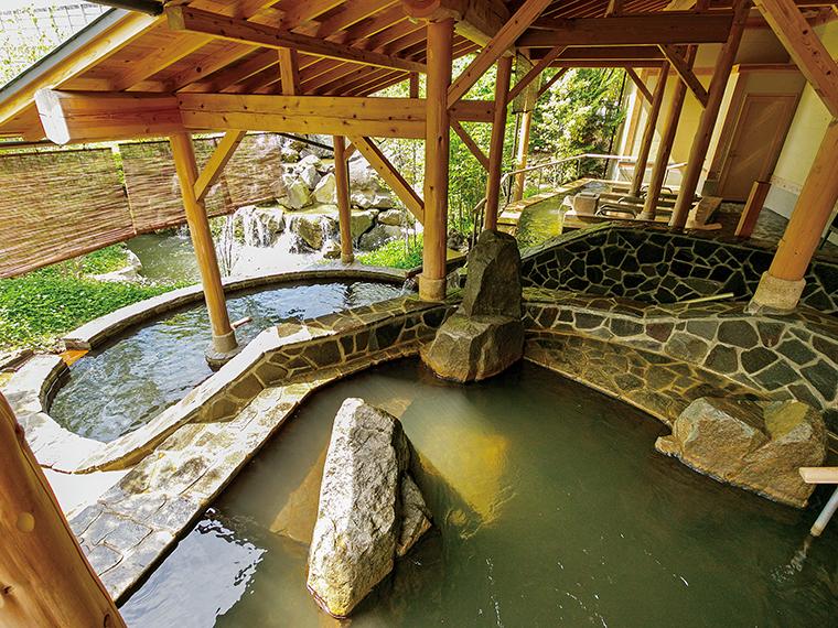 男性露天風呂「立ち見の湯」(左奥)の深さは1.5m。立ったまま入浴する不思議な心地よさ。小川のせせらぎを聞きながらゆったり温まろう