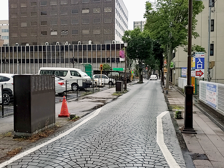 福島県庁前通りから並木通りへ左折。雨で濡れた石畳も風情があるものです