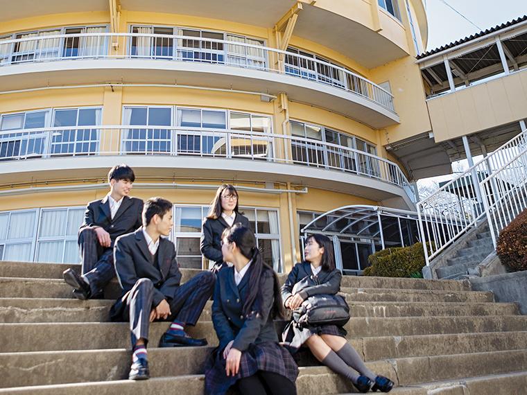 校舎は各文化施設からも近い。信夫山の自然を背景に、四季の変化を感じることができ、学習環境には最適