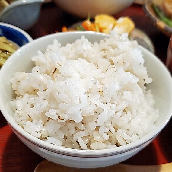 おいしくて食物繊維も豊富な麦飯はおかわり可能