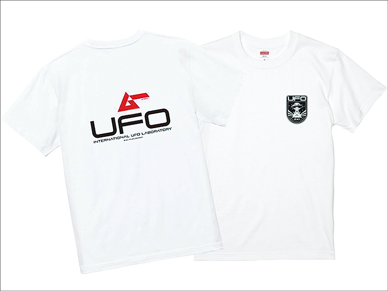 Tシャツや缶バッチ、モーテルキーなどオリジナルグッズを販売。Tシャツの胸部分には、「国際未確認飛行物体(UFO)研究所」のロゴがあしらわれている。マニアにはたまらない…!