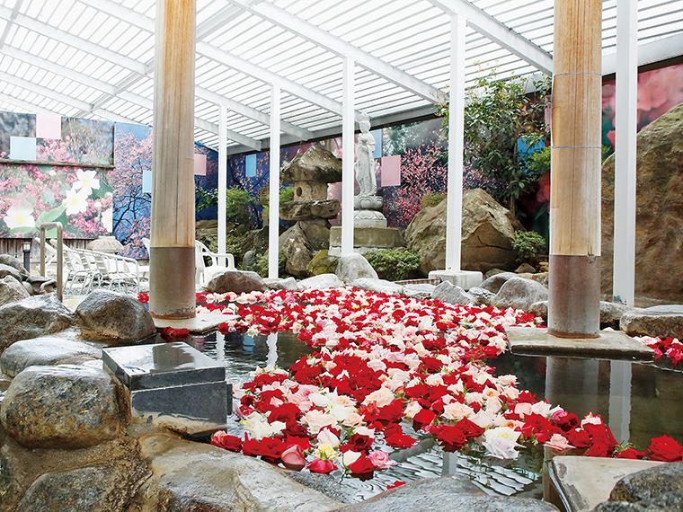 第3日曜日(11:00〜21:00)は、女性用露天風呂がバラ風呂に。フレッシュな500輪のバラが浮かび、香りとともに優雅な気分を満喫できる