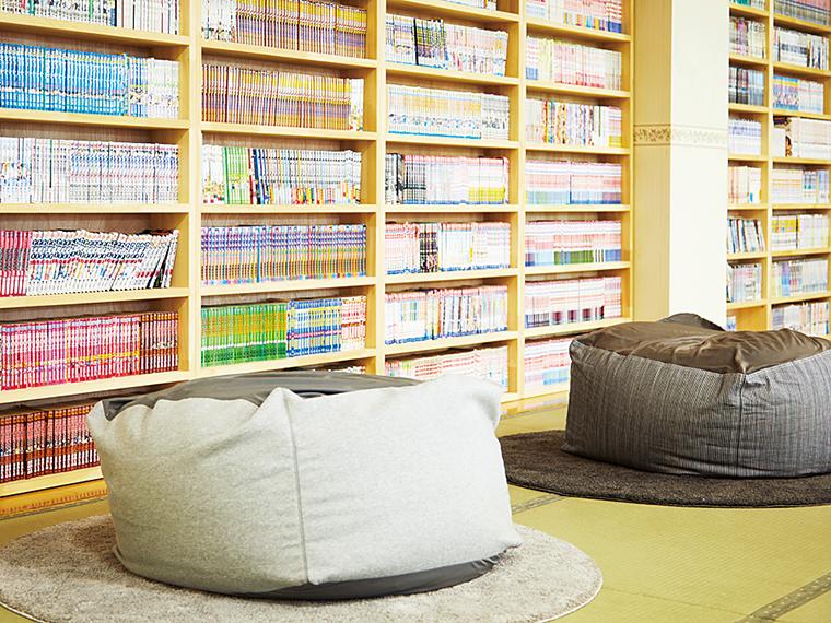 大広間には10,000冊のコミックと大型テレビがあり、ゆったりとくつろげる
