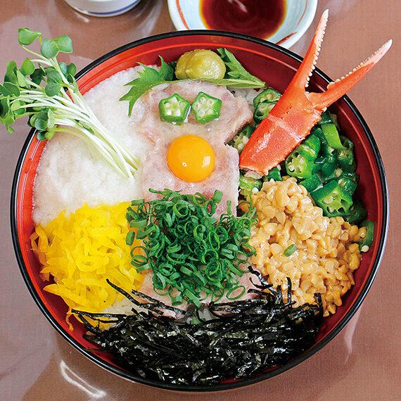 「ロボ丼」(1,000円)。ネギトロ、カニ、ひきわり納豆にとろろなど具だくたん!少しずつかき混ぜて食べよう。1日5食限定