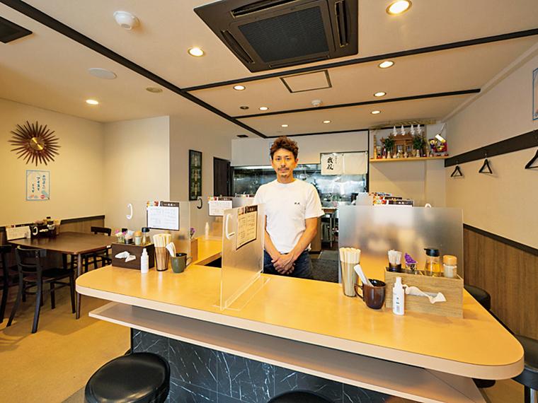 店内はライブ感のあるコの字型のカウンター9席とテーブル1席。須賀店主の調理の様子も見える