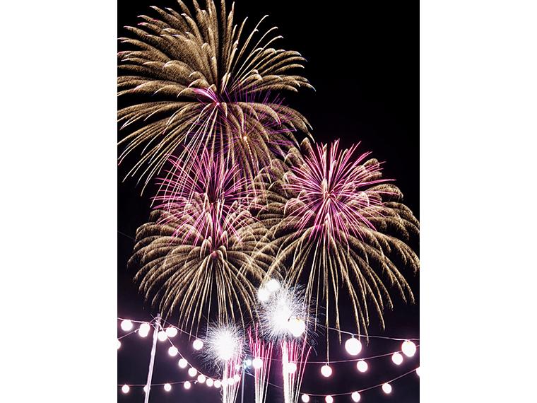 フィナーレの花火は、客席の間近で打ち上げられるので圧巻!