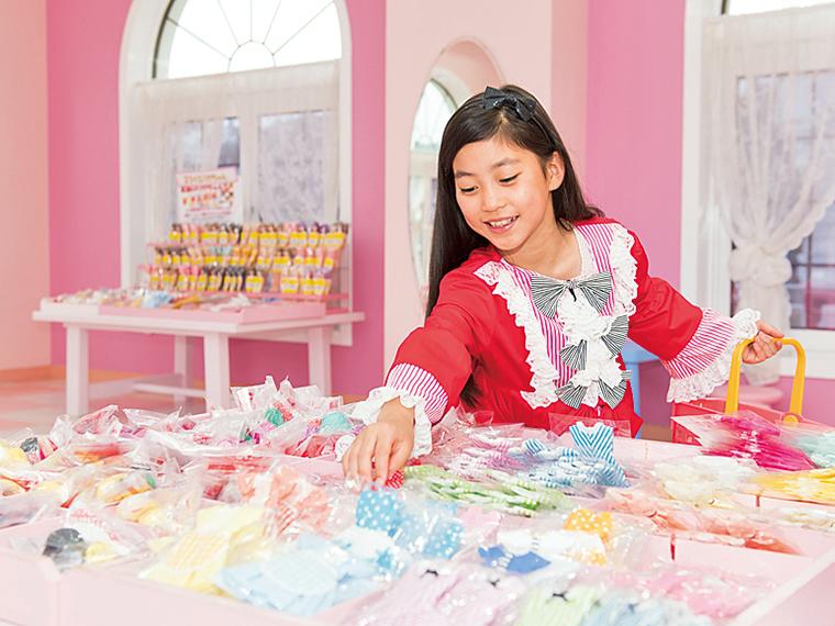 「お人形教室」では好きな髪色や髪型、ドレス、小物からお気に入りを選んでリカちゃんをコーディネート!自分だけのオリジナルリカちゃんを購入できる