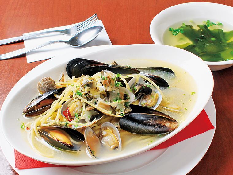 「三種貝のスープパスタ ボンゴレ風味」(1,080円)。スープ付き。シンプルだからこそ、貝本来のおいしさが伝わる一品