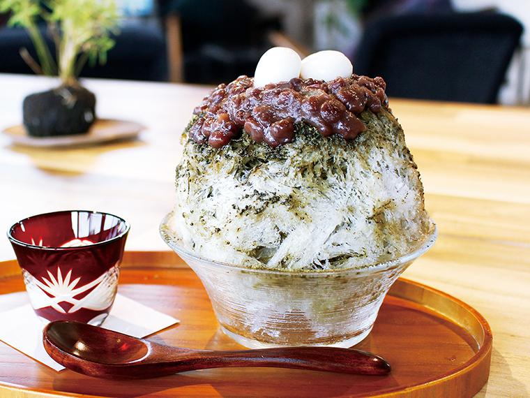 「ほうじ茶」(ハーフ650円)。香ばしさと優しい甘さが口の中に広がる。自家製あんこ、好みで練乳をかけて召し上がれ