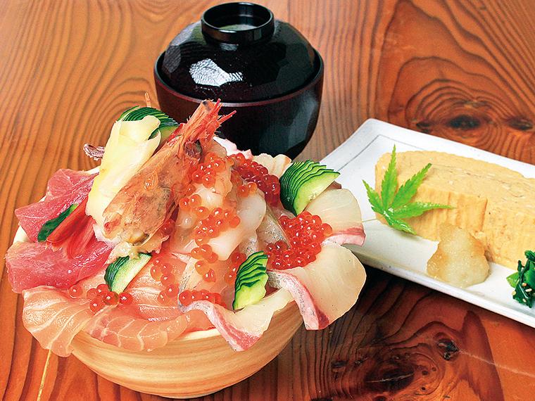 「めぐみ海鮮丼」(1,700円)※11:30〜15:00のみ提供。ご飯大盛り無料、内容は日替り