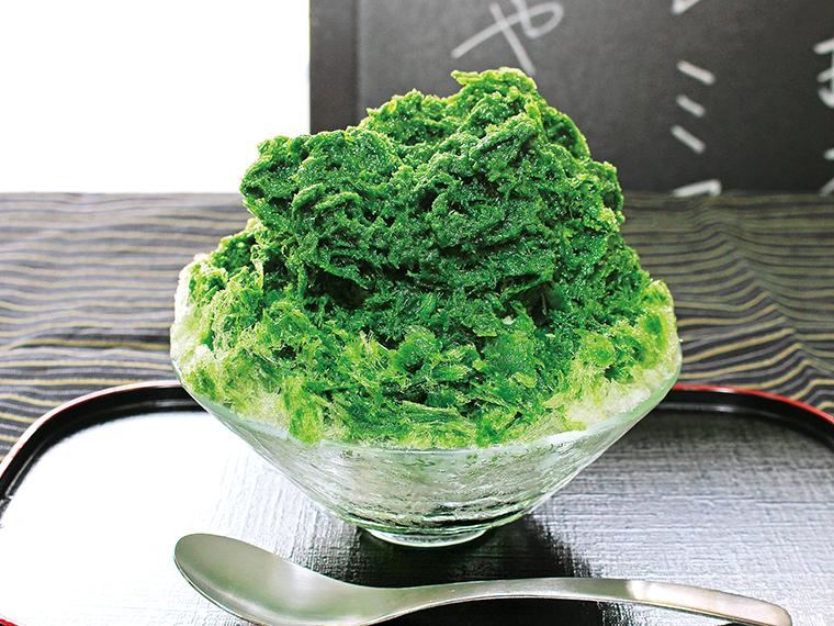 エメラルドグリーンが美しい「濃茶かき氷」(800円)。「濃茶かき氷(あずき・みるく)」(950円)は和のハーモニーを奏でる