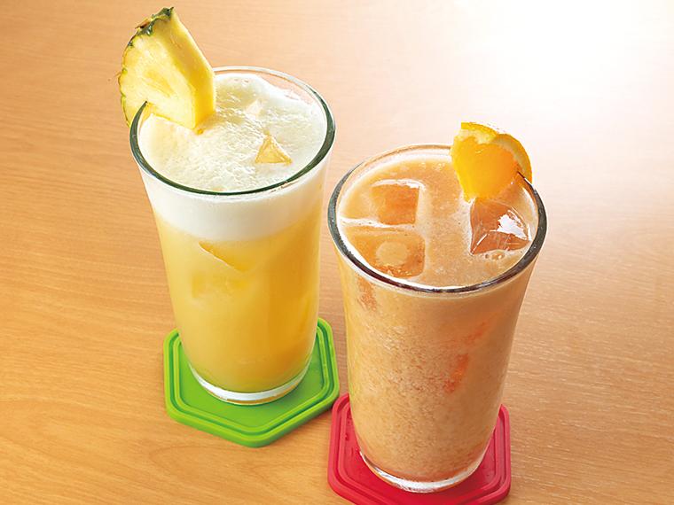 ビッグサイズの「フレッシュジュース」(530円)。写真はパイナップル(右)、グァバオレンジ(左)