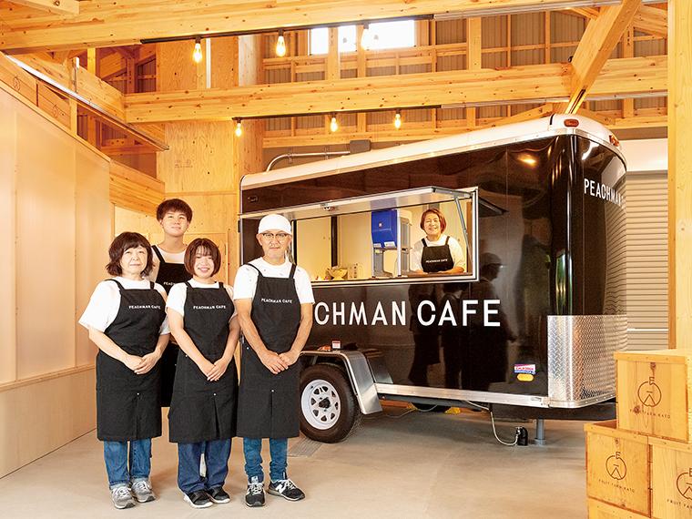 「トレーラーから提供します」と、代表の加藤さんとスタッフの皆さん。このカフェは自家栽培した農作物を自ら加工し、販売、提供するポートランドのライフスタイルを目指したそう