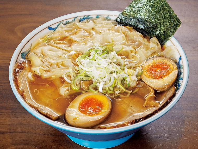 「がなり特製中華そば」は豪華な全部乗せが魅力。しょうゆの香り高くキレのあるスープが食材にマッチ