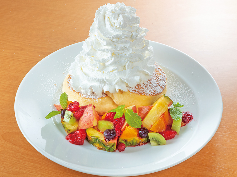 盛りだくさんのフルーツとホイップクリームの「フルーツパンケーキ」(1,410円)