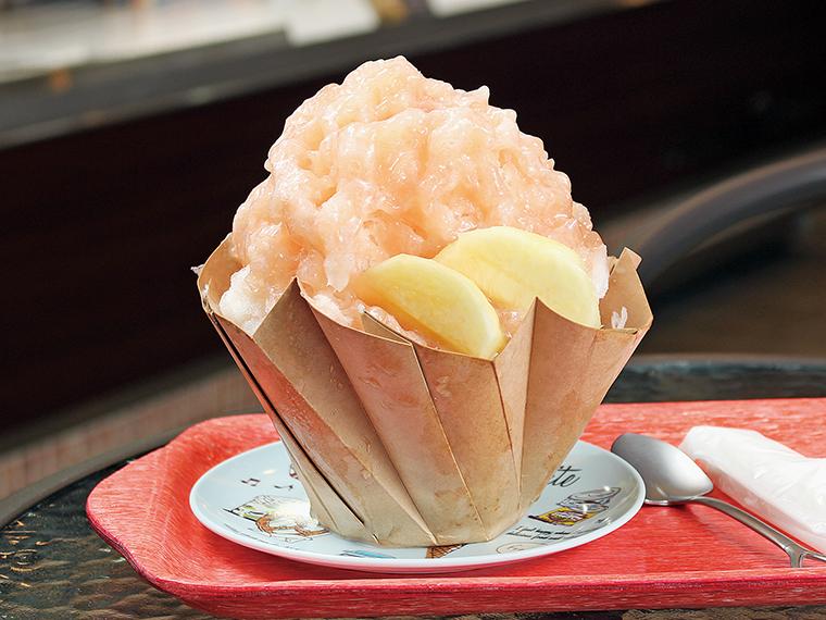 かき氷(734円、イートインは748円)。桃を皮ごと煮込むことでソースが淡い桃色に。他、イチゴ、マンゴー、抹茶がある