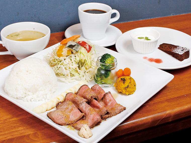 「ローストビーフセット」(1,550円)。低温調理で、国産牛モモ肉がよりジューシーに。スープ、コーヒー、デザート付き