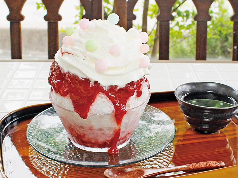 「ハイブリッドかき氷」(1,222円)。持ち帰り(1,200円)もできるが、カフェスペースでゆっくり食べるのがおすすめ