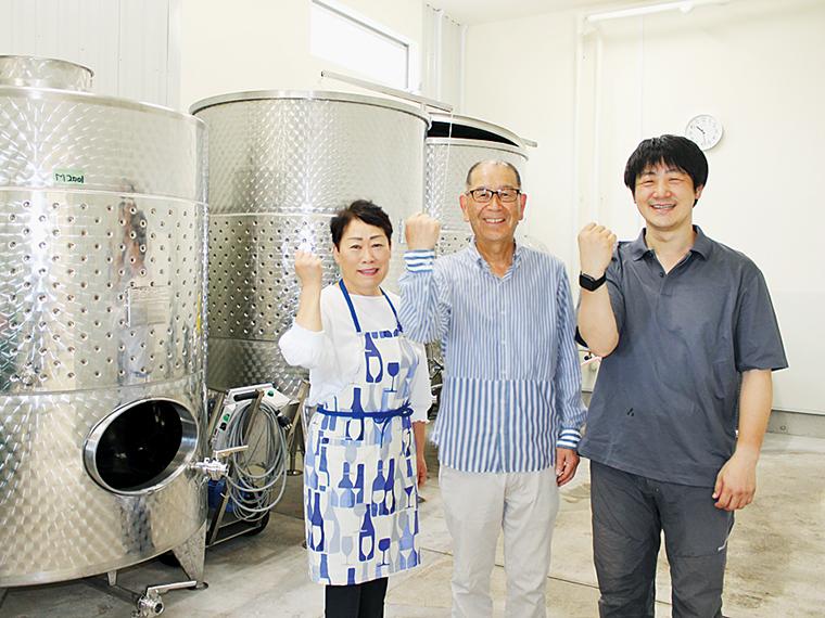 ワイン造りに励む(右から)栽培・醸造責任者の牧野さん、横山社長、スタッフの敦子さん