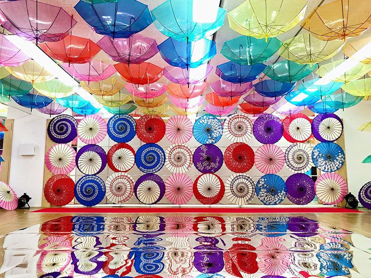 街なか交流館2階が傘で埋め尽くされ、日本最大級のアンブレラスカイに