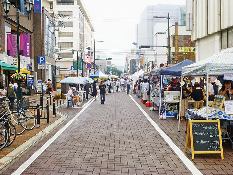 福島駅前通りに店が並ぶ。ゆったり楽しもう