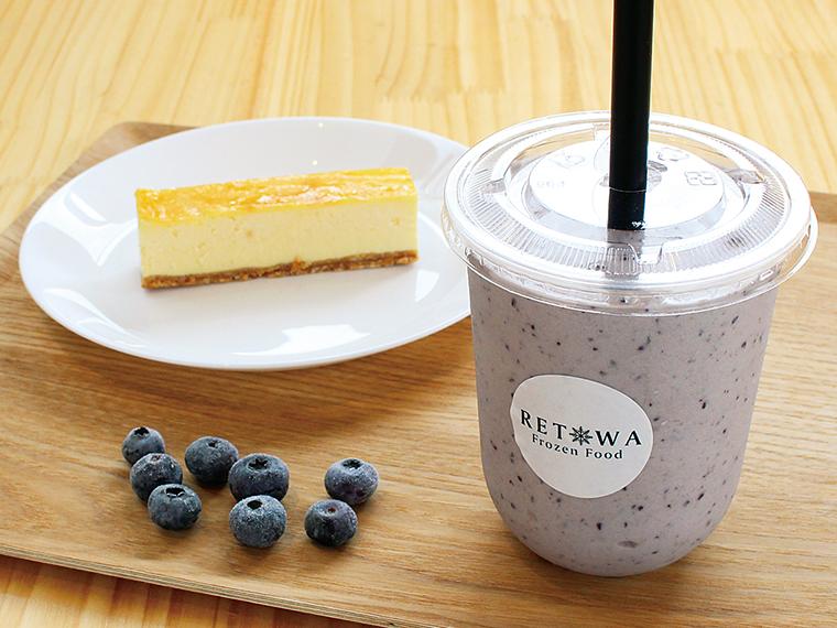 三春産ブルーベリーを入れたバナナジュース(480円)と「チーズケーキバー」(250円)。伊達鶏の卵を用いた「バスクチーズケーキ」(690円)もおすすめ
