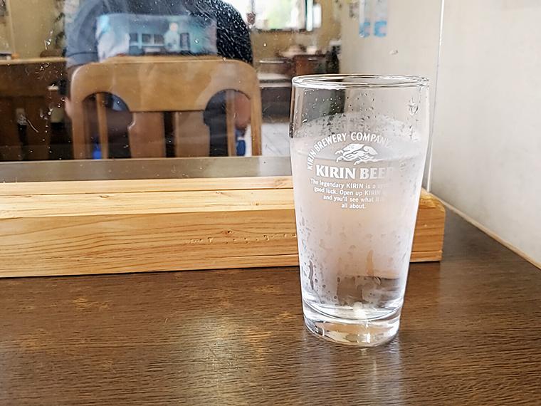 アクリル板で感染対策も万全。ビールのグラスには本当は黄金色が似合うのですが…