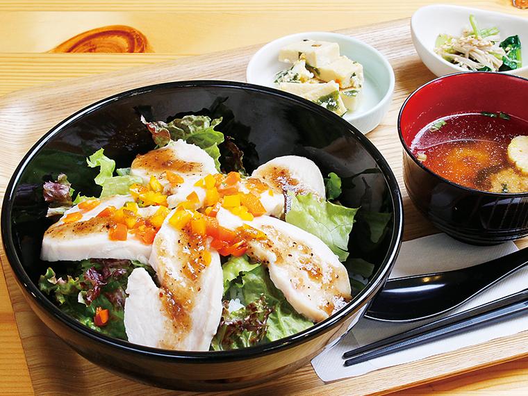 さっぱりとした「とり丼」(700円)は、食欲がない日でも食べやすい。小鉢2種、みそ汁、セルフサービスのコーヒーが付く