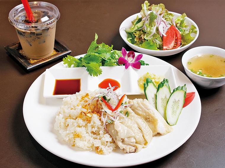 シンガポールのチキンライス「海南鶏飯(ハイナンジーファン)」(1,200円)と、「仙草(せんそう)ゼリーミルクティー」(380円)。メニューは一例