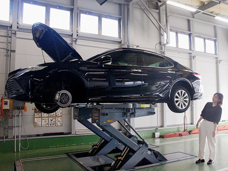 大きな車が持ち上がる姿は迫力満点。圧倒されすぎて体も曲がってしまいます