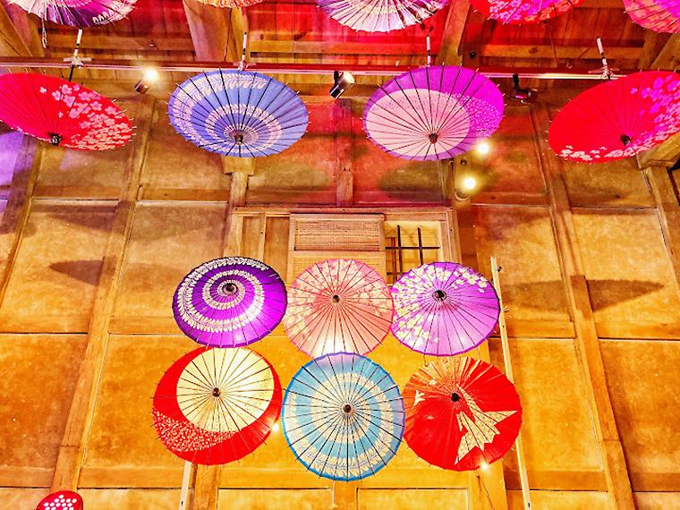 旧堀切邸「十間蔵」が番傘でライトアップ!絵付け体験も開催