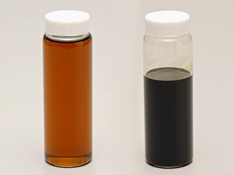 左が新品のオイル。長期間使用したオイルとではこんなに色が違う