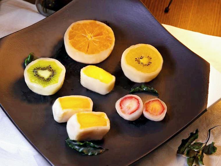 果物の甘さが引き立つように、白餡は甘さ控えめ。今後はイチゴや梨などが登場する