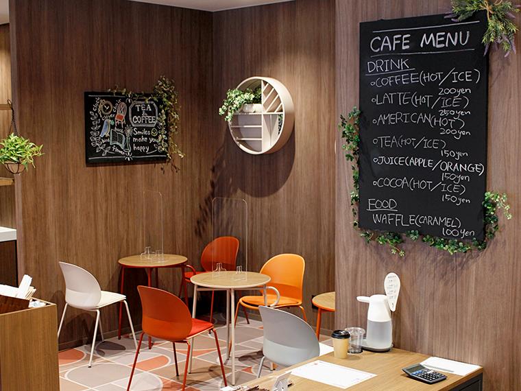 カフェスペースで、コーヒーやカフェラテを飲みつつホッと一息